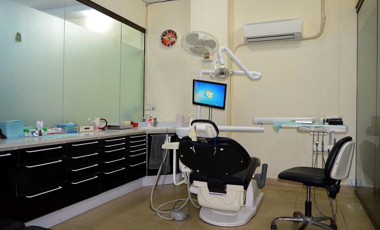 Dr nauman   associates procedure room